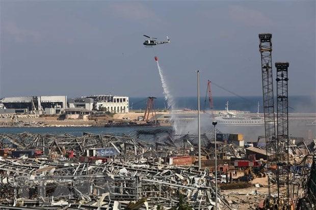 Trực thăng chữa cháy cho kho tại cảng Beirut