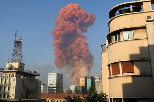 Vụ nổ tại Beirut với cột khói màu cam